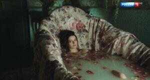 Марина Александрова моется в ванне