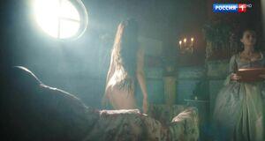 Обнаженная Марина Александрова принимает ванну