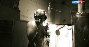 Юлия Ауг моется под душем