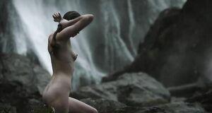 Голая Алисса Сазерленд моется у водопада