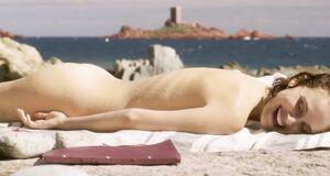 Натали Портман без купальника загорает на пляже