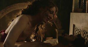 Лора Хэддок с голыми сиськами