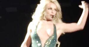 Бритни Спирс засветила сосок на сцене