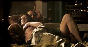 Интимная сцена на кровати с Лорой Хэддок