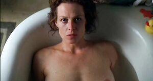 Сигурни Уивер голышом в ванне