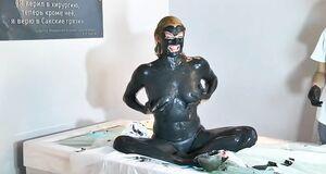 Обнаженная Анастасия Волочкова в грязи