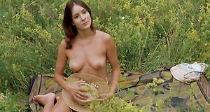 Ольга Сутулова голышом загорает на природе