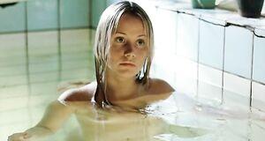 Ольга Сидорова плавает голышом в бассейне