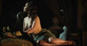 Эмилия Кларк позирует голышом перед скульптором