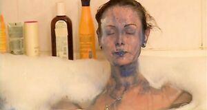 Ольга Погодина моется в ванне