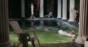 Ирина Рахманова голышом пригает в бассейн
