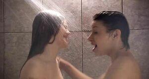 Елена Полякова и Анна Казючиц голышом под душем