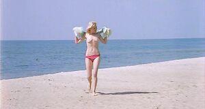 Абсолютно голая Александра Захарова бегает по пляжу