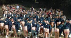 Фиби Кейтс показывает голую попу