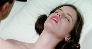 Откровенная сцена на кровати с Кейт Бекинсейл