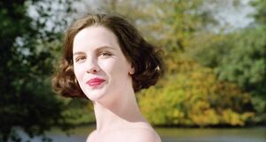 Обнаженная Кейт Бекинсейл купается в озере