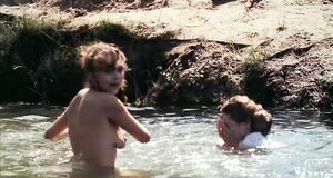 Дарья Повереннова купается голышом в реке