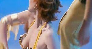 Амалия Мордвинова засветила голую сиську