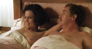 Интимная сцена на кровати с Сигурни Уивер