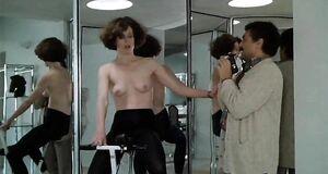 Сигурни Уивер с голыми сиськами позирует перед фотографом