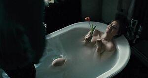 Секси Эми Адамс моется в ванне