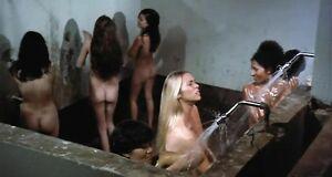 Пэм Гриер голышом моется под душем в тюрьме