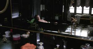 Кэтлин Тернер моется в ванне