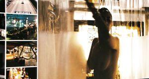 Раздетая Пола Пэттон моется под душем
