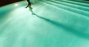 Изабель Лукас голышом плавает в бассейне