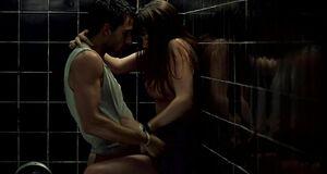 Аной де Армас трахается в туалете