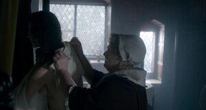Катрина Балф голышом принимает душ в тазике