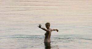 Элизабет Дебики купается голышом в море