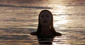 Голая Ольга Куриленко купается в океане