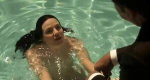 Джессика Маре плавает голышом в бассейне