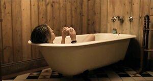Рэйчел Тейлор моется в ванне