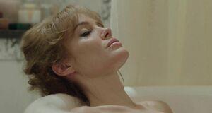 Анджелина Джоли моется в ванне