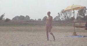 Лысая Орнелла Мути с голыми сиськами на пляже