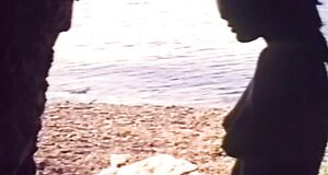 Орнелла Мути купается голышом