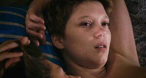 Интимная сцена на кровати с Адель Экзаркопулос и Леа Сейду