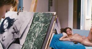 Абсолютно голая Адель Экзаркопулос позирует для картины