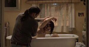 Обнаженная Мэгги Джилленхол в ванной