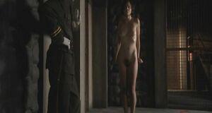 Мэгги Джилленхол снимает одежду на досмотре