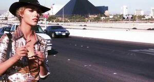 Элизабет Беркли ловит машину с голой грудью