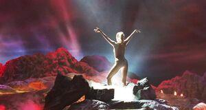 Элизабет Беркли танцует стриптиз