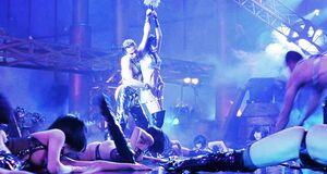Элизабет Беркли, Джины Гершон, Мелиссы Уильямс и Мелинды Сонгер танцуют с голыми сиськами