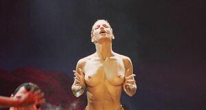 Джина Гершон и Кэрри Энн Инаба топлесс на сцене