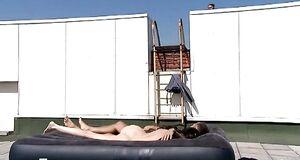 Обнаженная Юлия Галкина спит на надувном матрасе