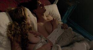 Ребекка Фергюсон топлесс в постели
