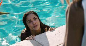 Голая Сальма Хайек купается в бассейне