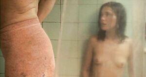Голая Мария Вальверде застряла с мужчиной в ванной